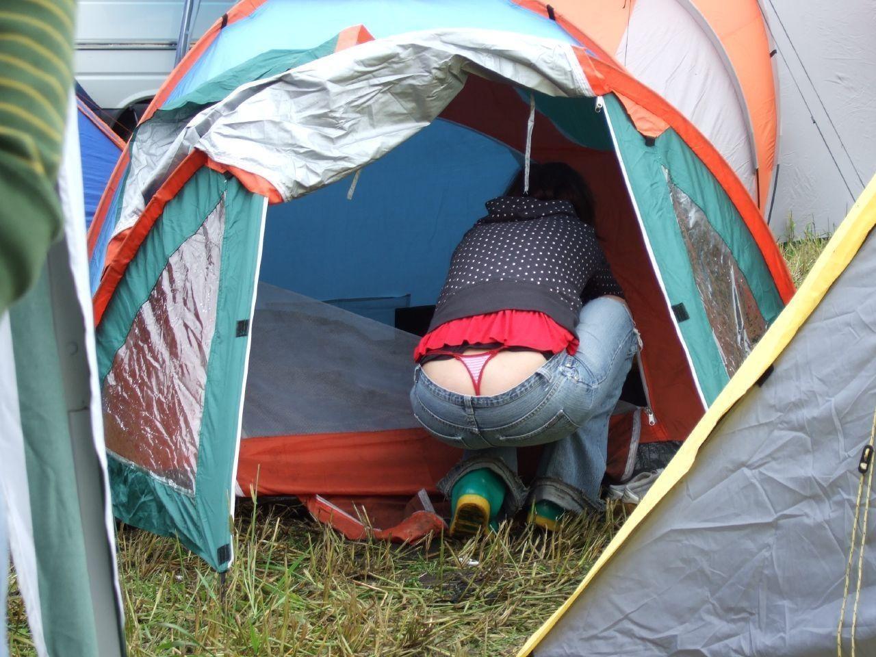 キャンプ場でスケベ下着を履く女性を発見!