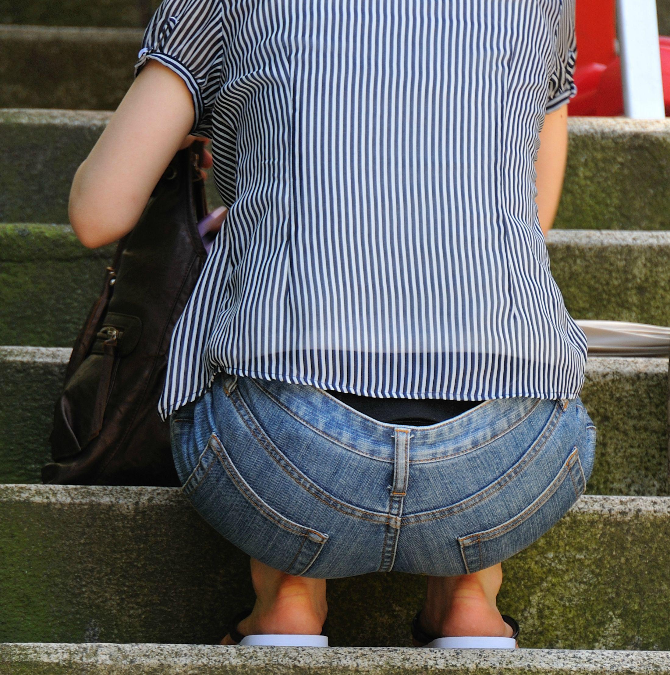 しゃがんでる女性の腰から黒下着が見えた!
