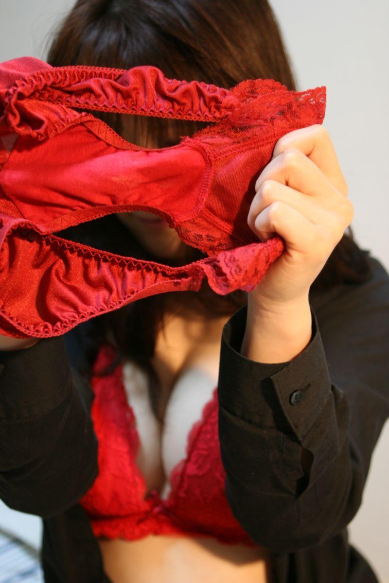 真っ赤なパンティーを持って顔を隠す!