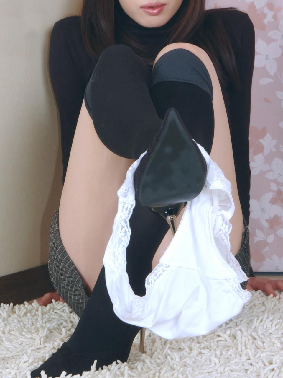 白色のパンツを見せつける美女!