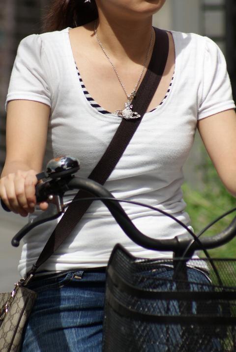 自転車に乗ってパイスラする貧乳女子!