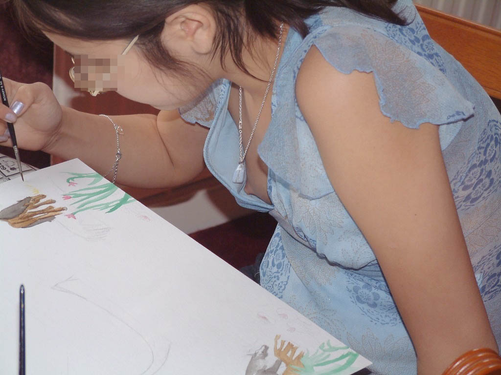 絵を描いている女性の胸チラ隠し撮り!