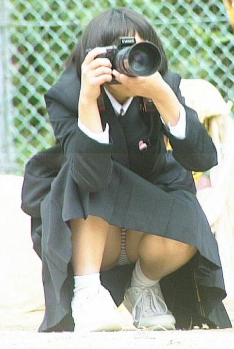 写真を撮りながらパンチラする女子校生!