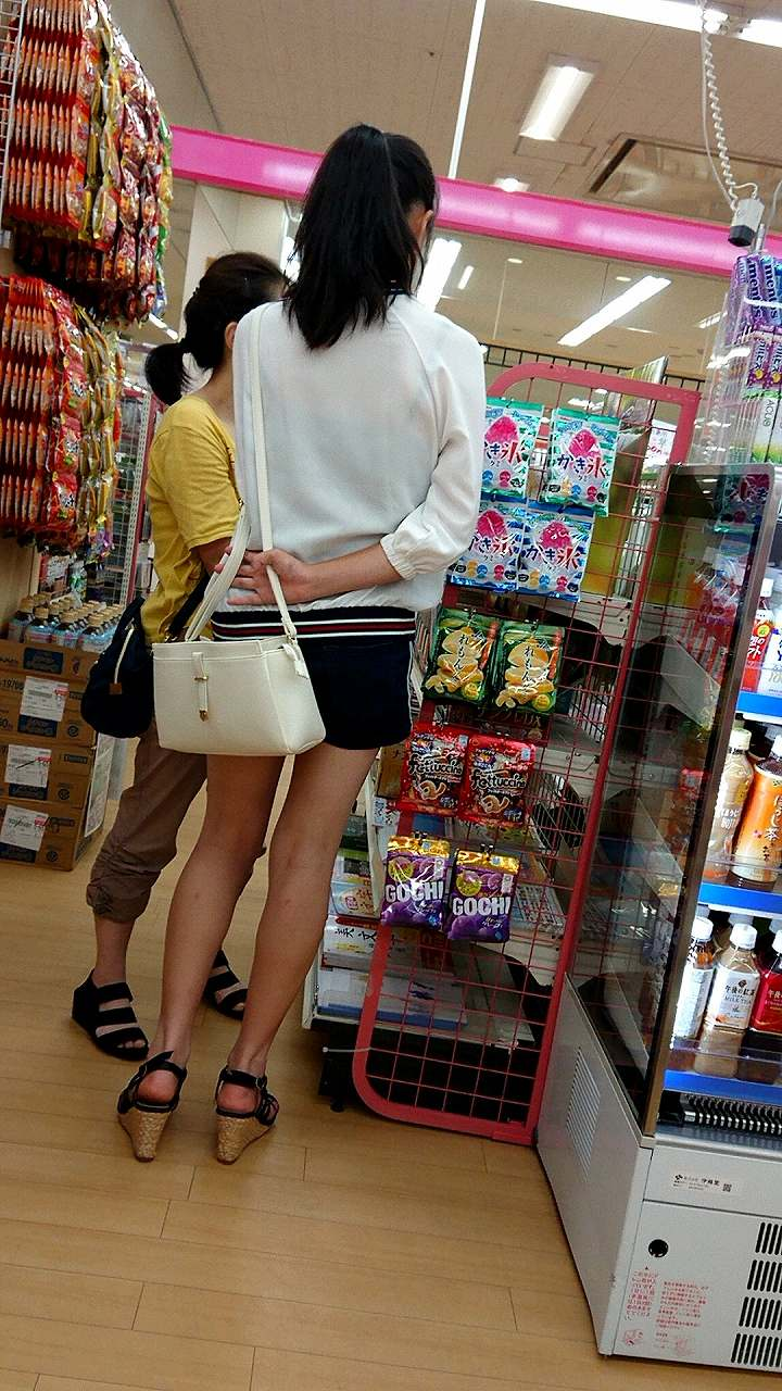 買い物中の短パン女性の美脚が堪らん!