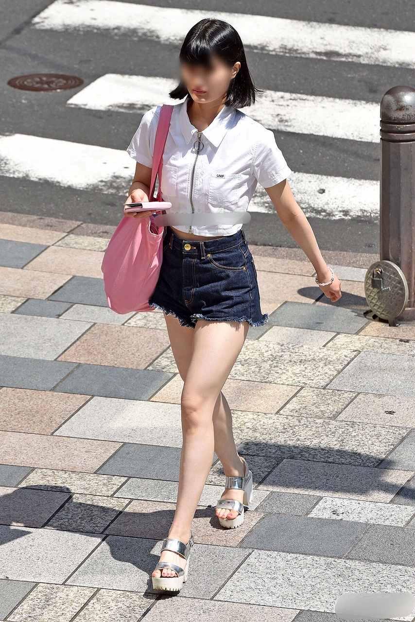 黒髪清楚な女の子がホットパンツを履く!
