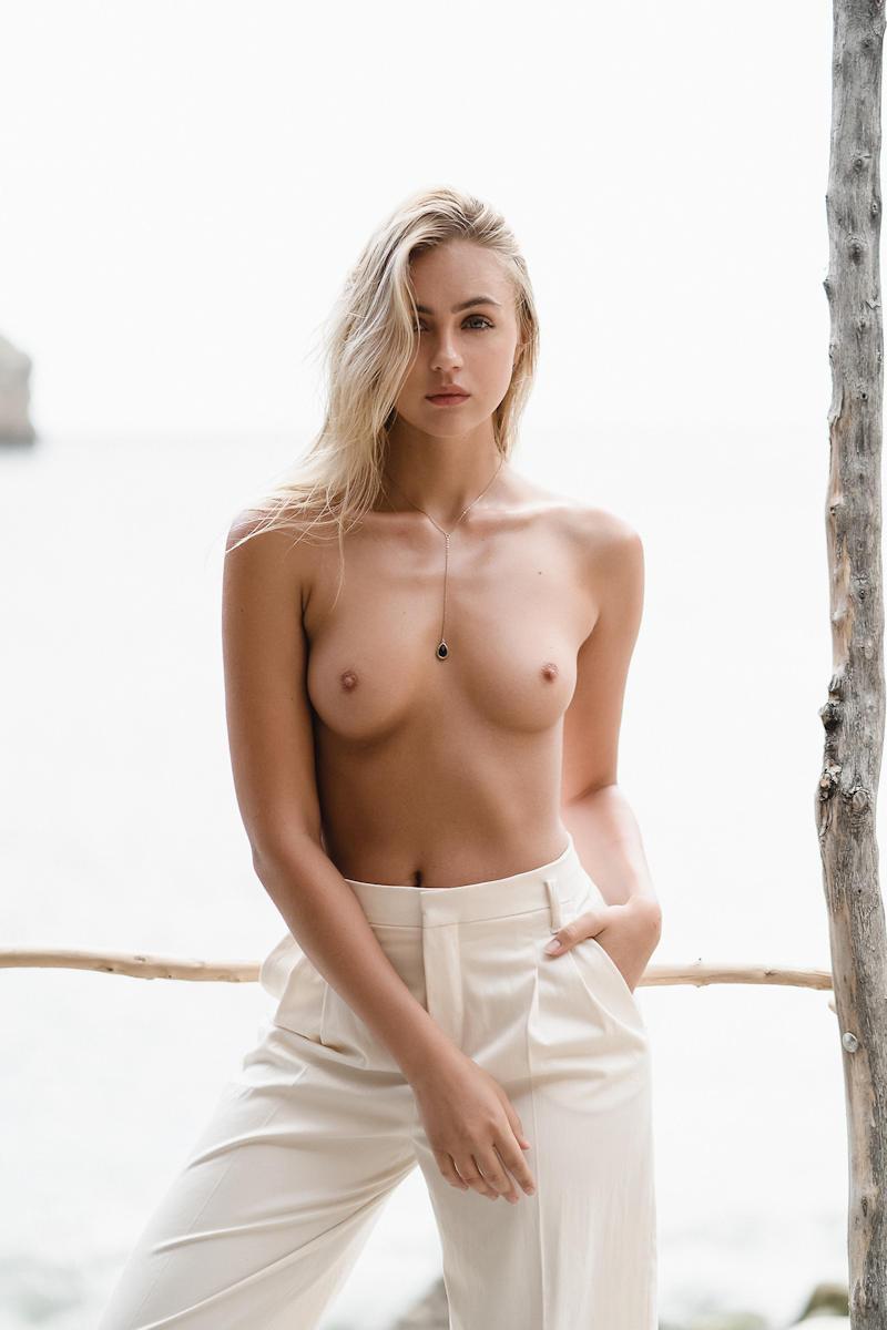 上半身裸のスタイル良い美乳外国人!