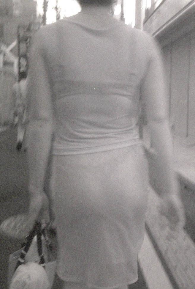 女性の背後から下着をドアップで隠し撮り!
