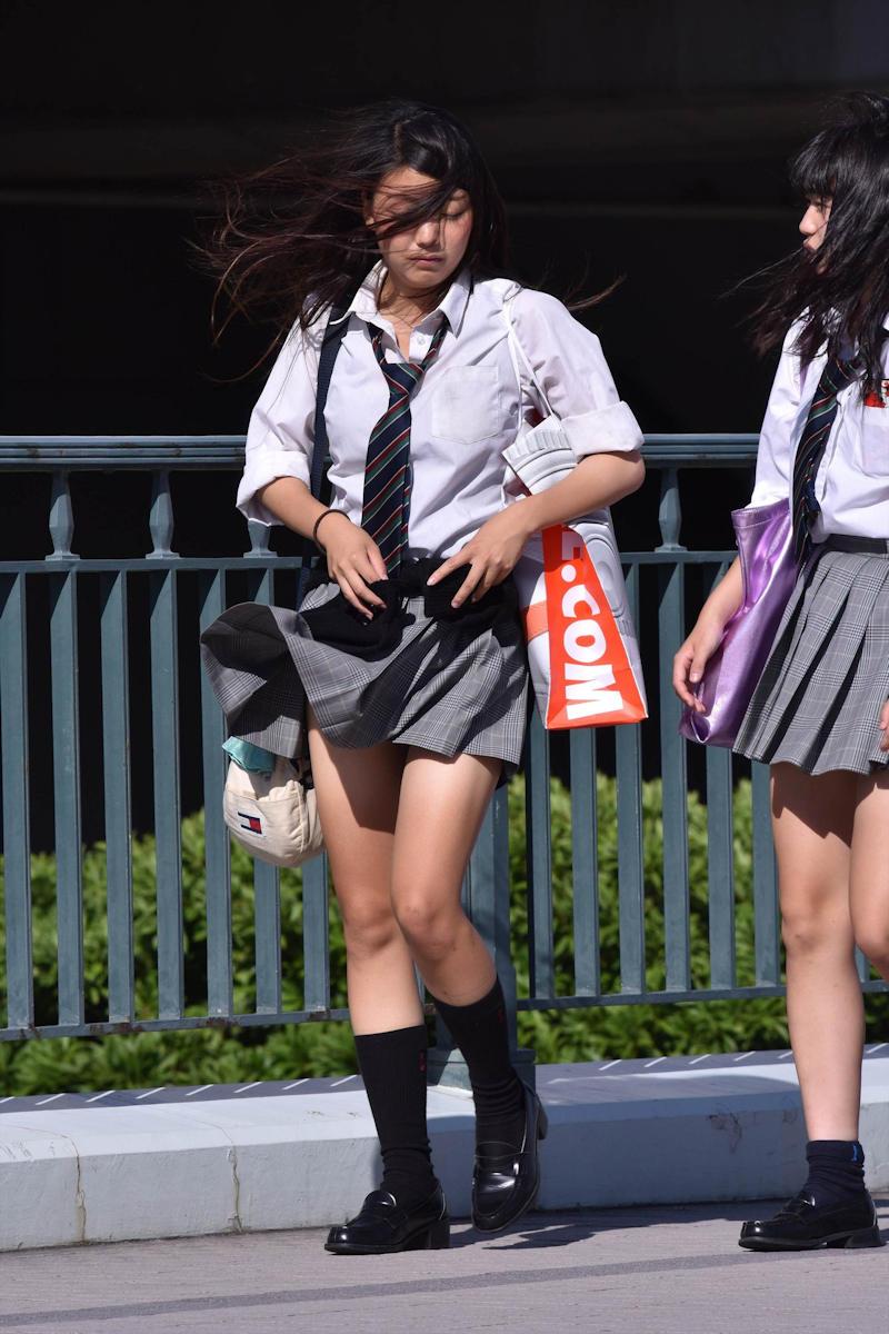 風でスカートが捲れそうな美脚JK!