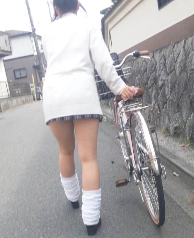 自転車を押してる女子校生を撮影!