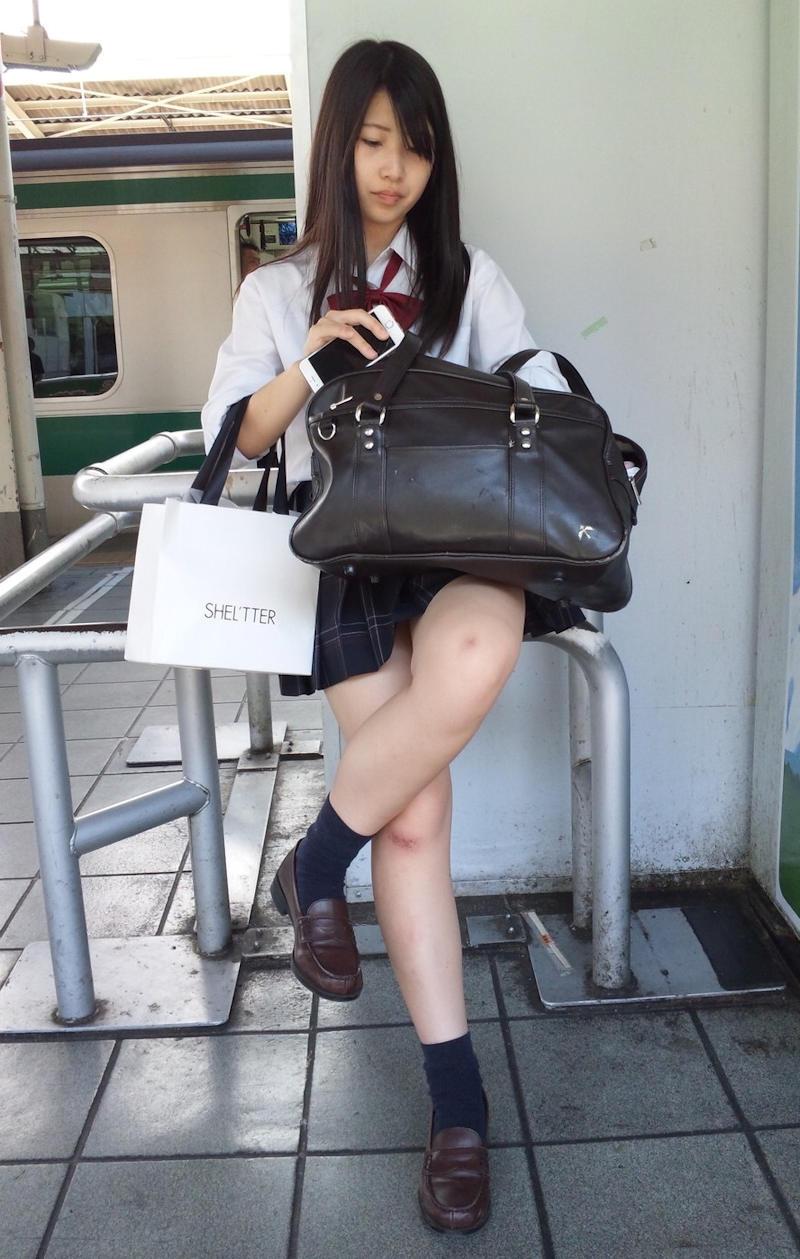 足が細く美しい激カワ女子校生!
