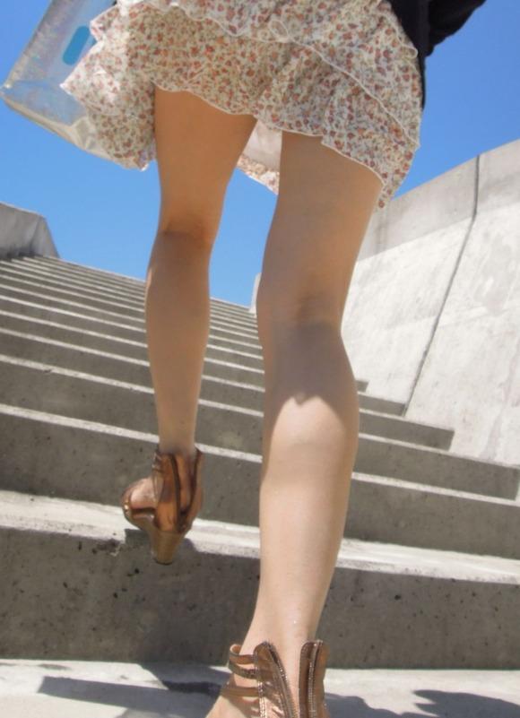 段差を使って女性の生足をガン見した!