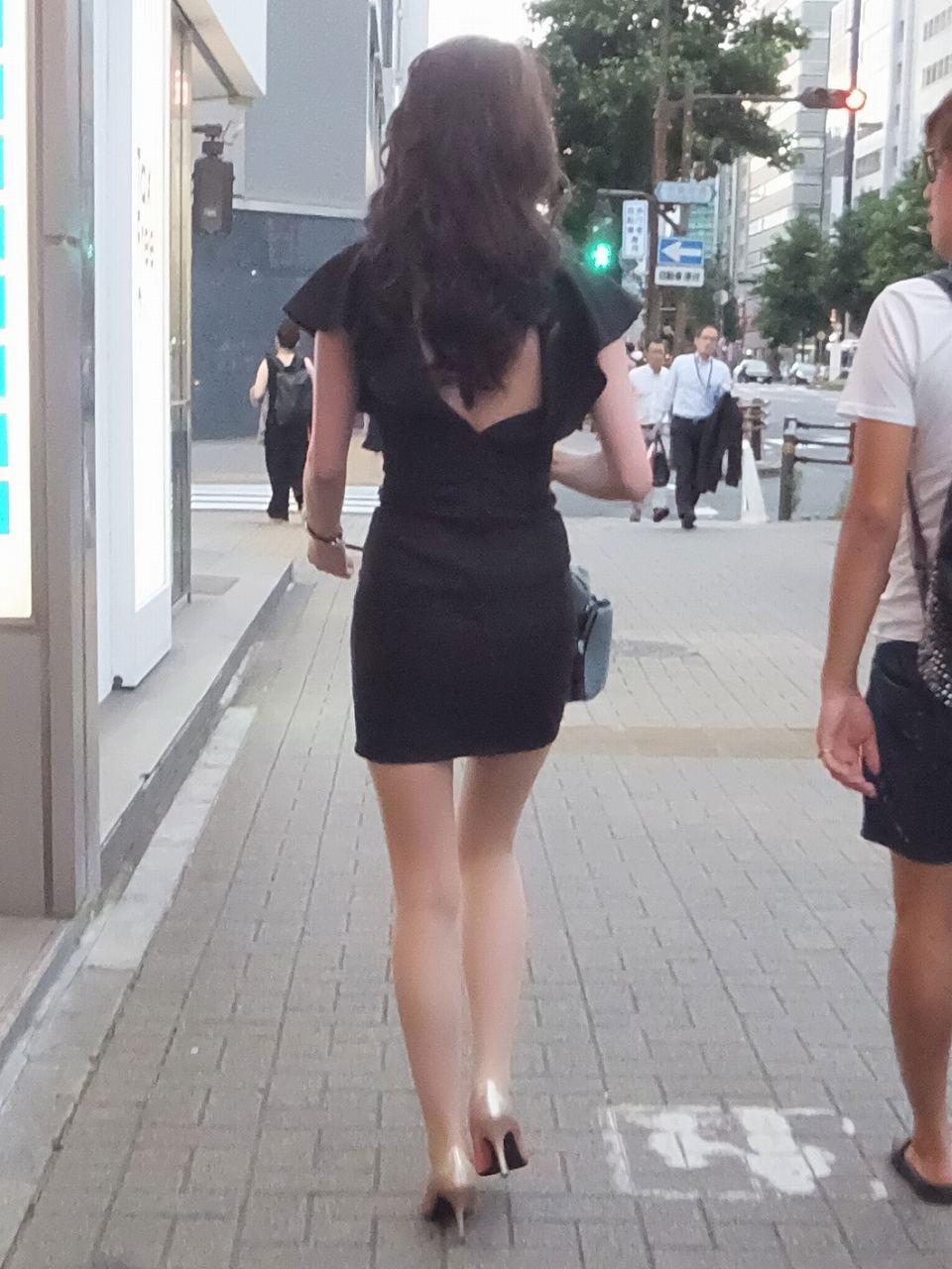 妖艶な雰囲気が漂う美女のミニスカ美脚!
