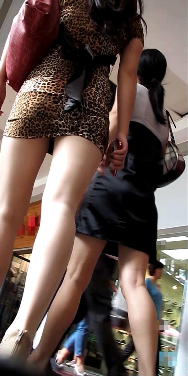 豹柄の衣装が美脚を際立たせる!