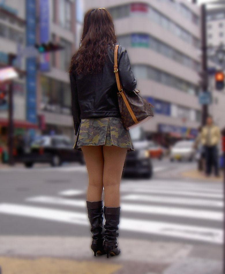 信号待ちしてる女性の生足を凝視する!