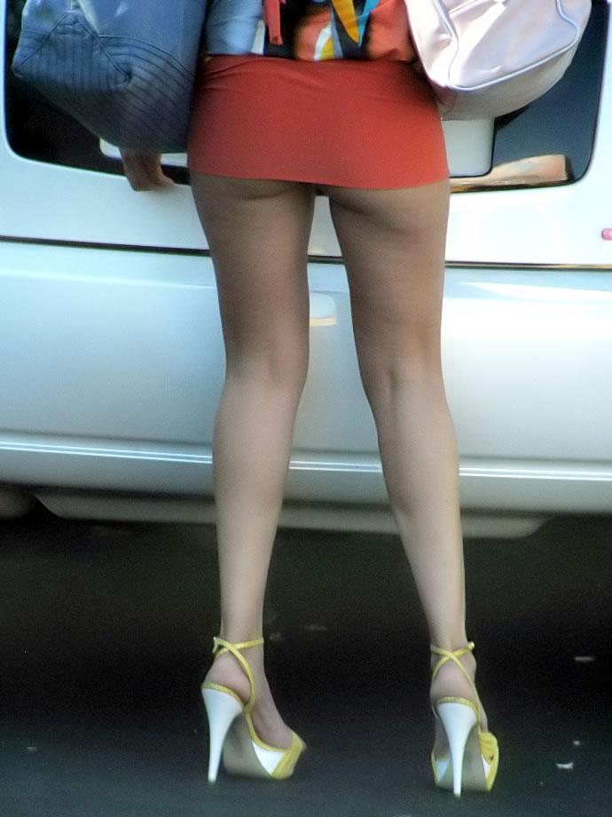 スカートが短くて尻肉まで見える!
