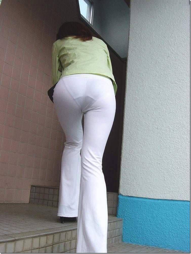 スレンダーな女性の透けパンを盗撮!