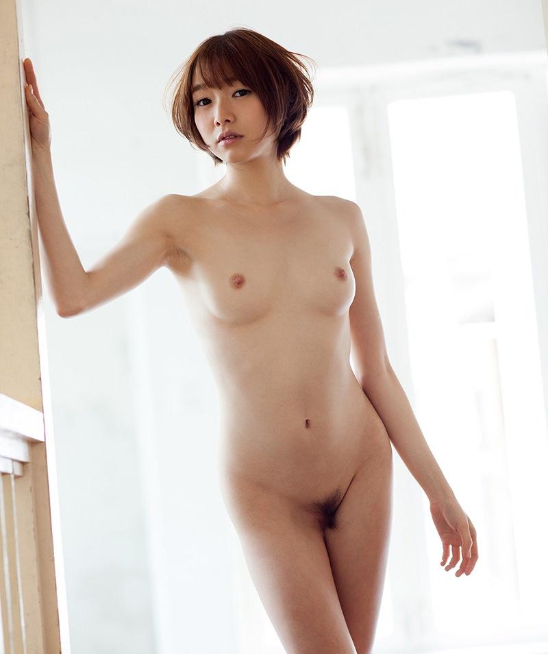 モデル体型のショートヘア美女の貧乳!