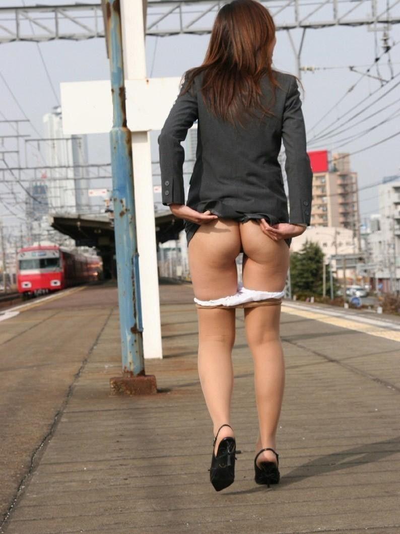 駅ホームで美尻を露出する美人OLさん!