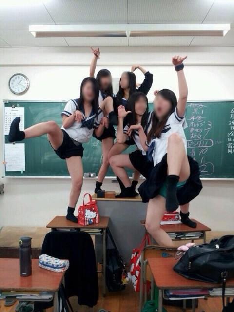 教室でおふざける可愛い女子校生たち!