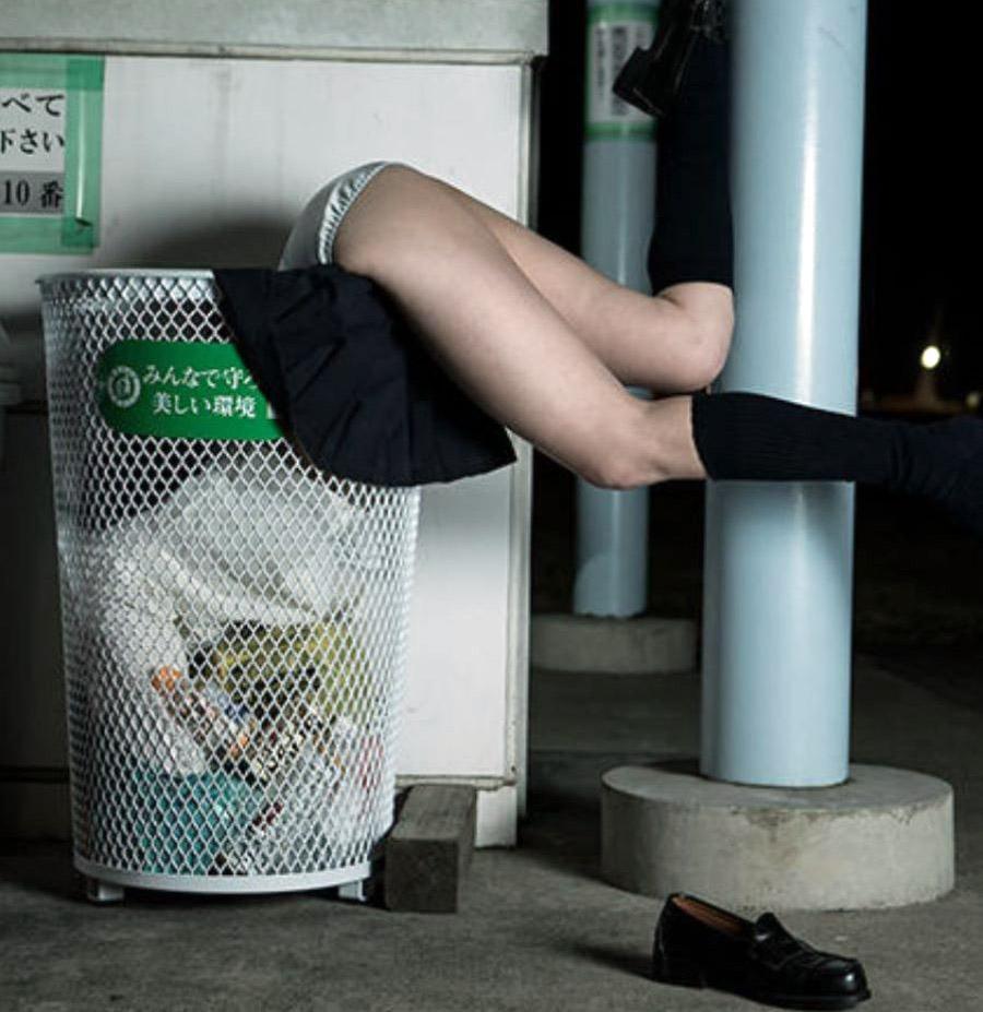 ゴミ箱の中に頭から突っ込んでる!