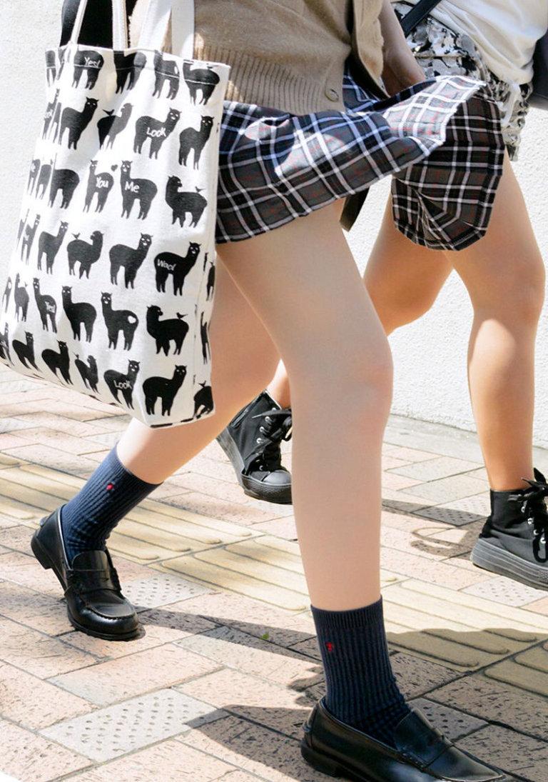 女子校生の真っ白な生足に興奮する!