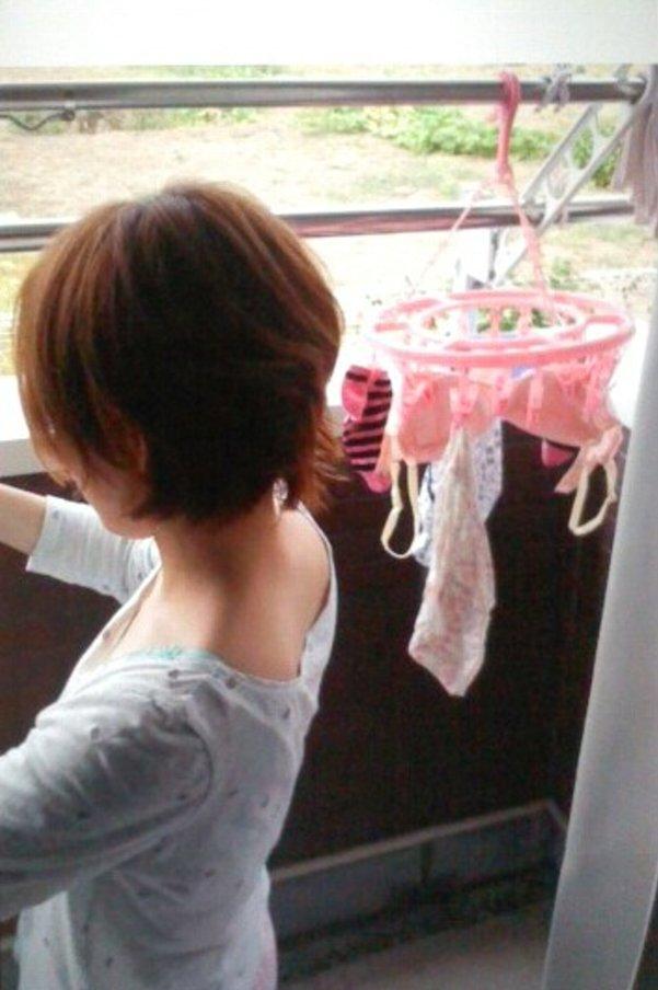 洗濯物を干す嫁を接写撮り!