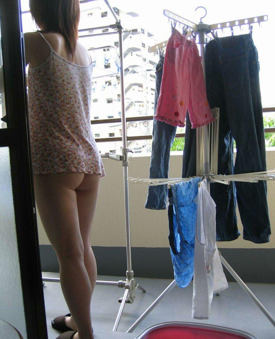 お尻を丸出しで洗濯物を干してる女性!
