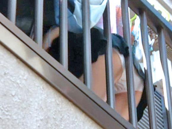 洗濯物を干してる女性のパンチラ盗撮!