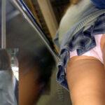 【JK逆さ撮り盗撮エロ画像】女子校生のスカート内の下着チェック…下から見上げると興奮度がアップ!