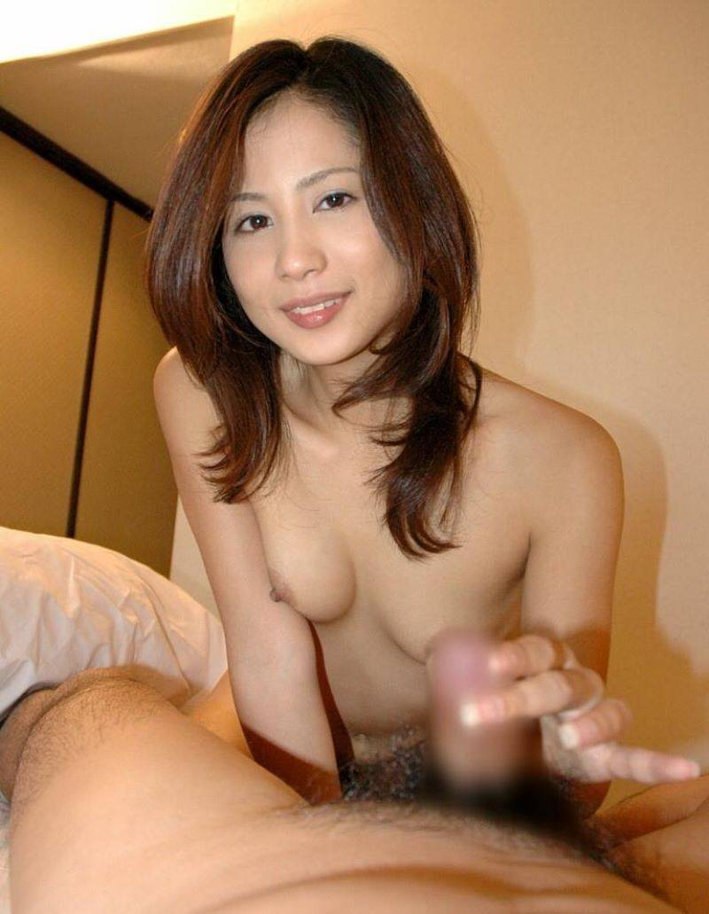 綺麗な熟女が笑顔で優しく手コキ!