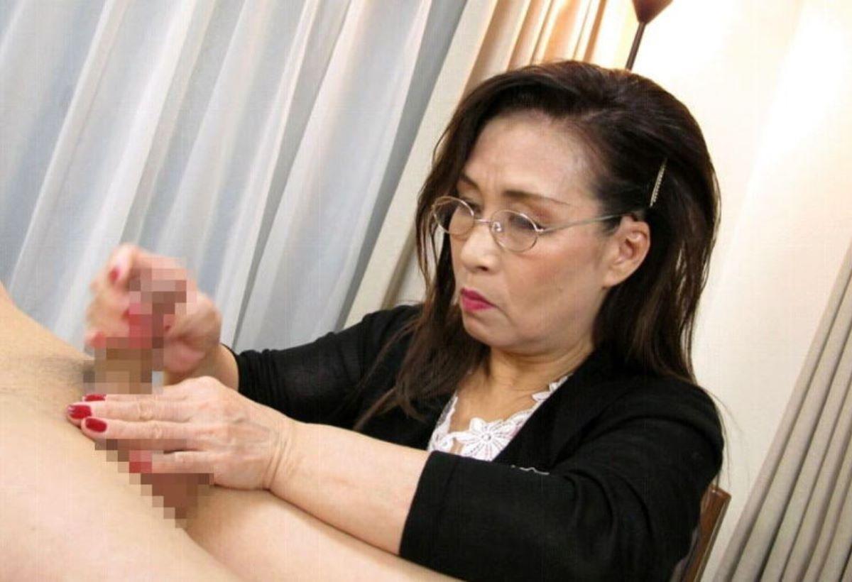 メガネ熟女が肉棒を見つめて手コキ!
