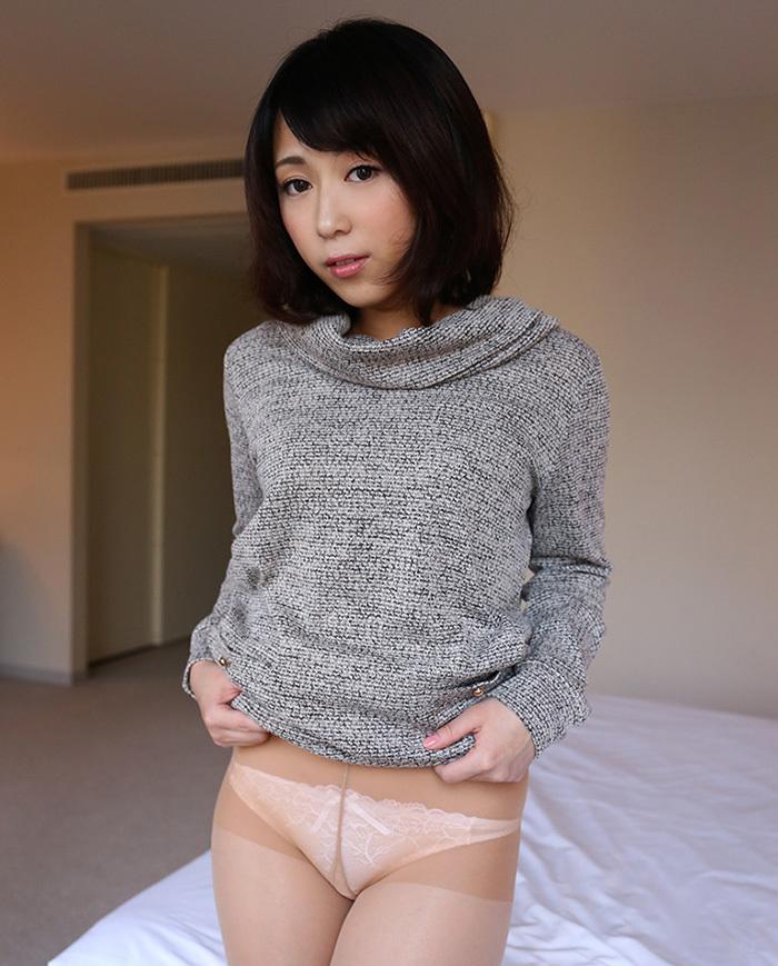 可愛い女性が恥ずかしそうにパンツ披露!