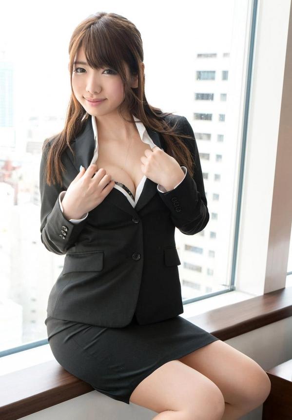 スーツをはだけさせておっぱい見せ!
