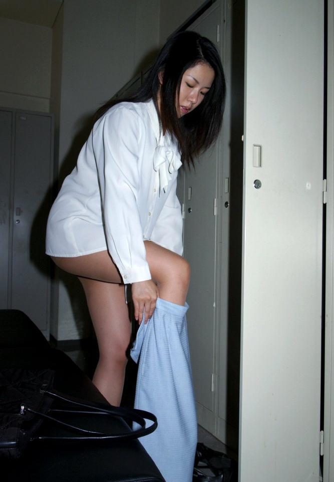 美熟女OLがスカート履く所を隠し撮り!