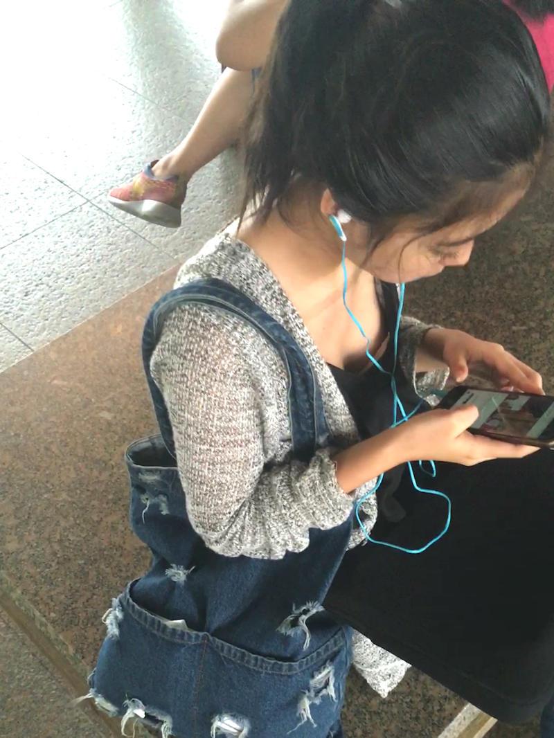 音楽聴いてる女性の胸チラ隠し撮り!