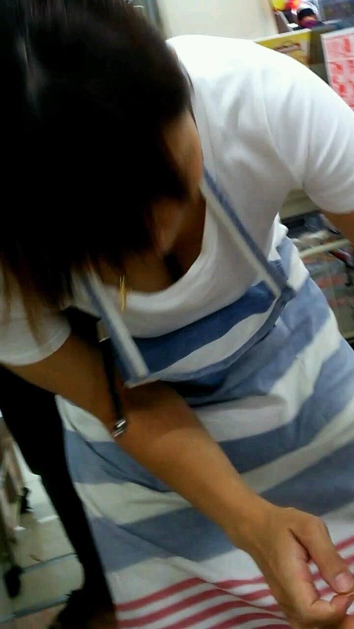 素人娘の無防備な胸チラを撮影した!
