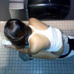 【トイレ盗撮エロ画像】オシッコしてる素人女性の無防備姿を多彩なカメラアングルで隠し撮り!