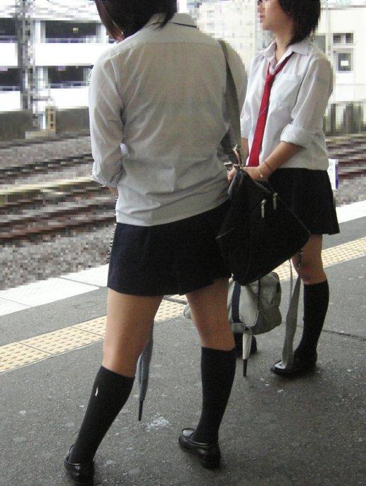 駅ホームで電車待ち女子校生の下着狙う!