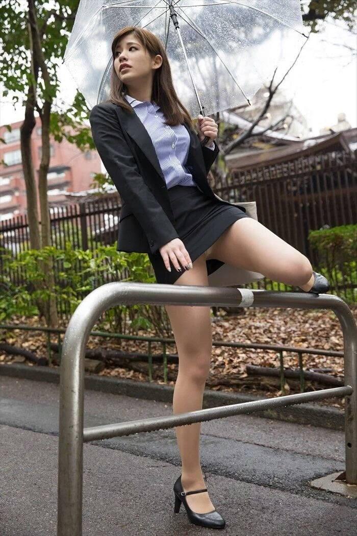 美女が片足を上げて下着が見えた!