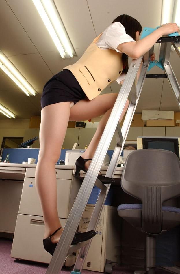 脚立に登りながらパンチラするOL!