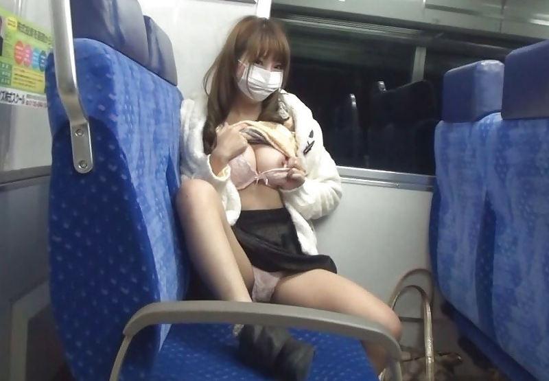 激カワ女性が片乳をポロリしてる!