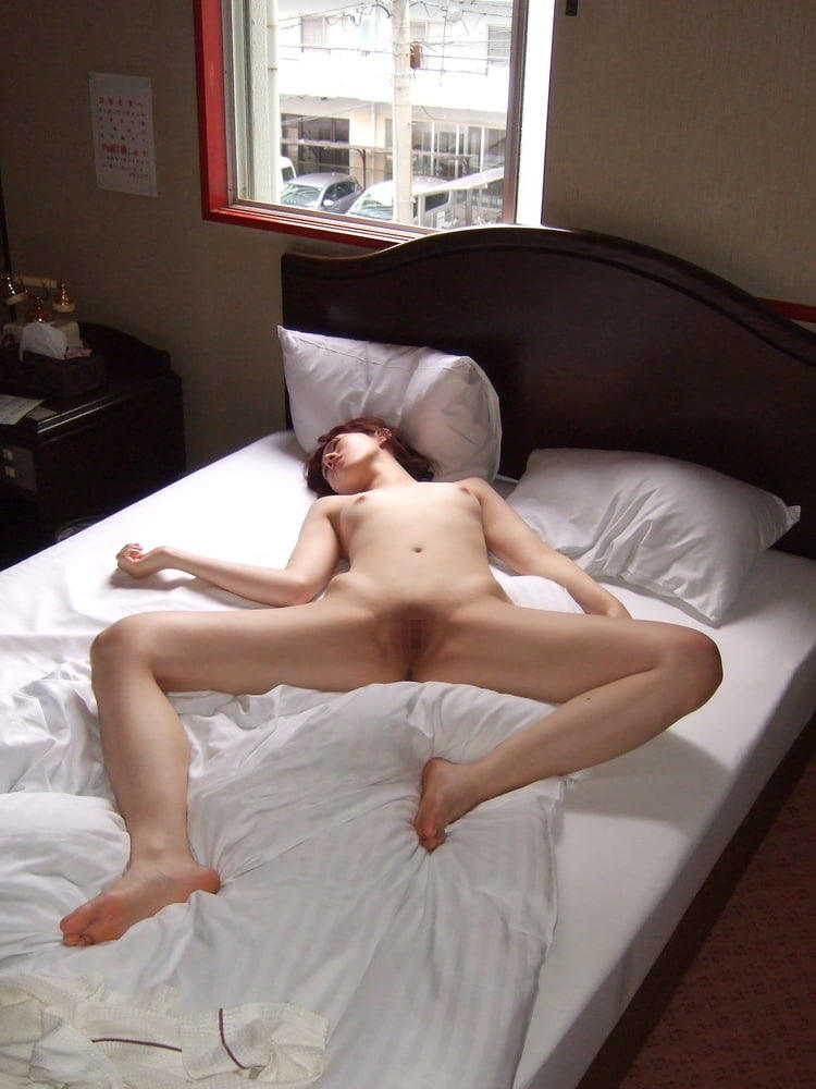 細身女性が寝転がってパイパイ丸見え!