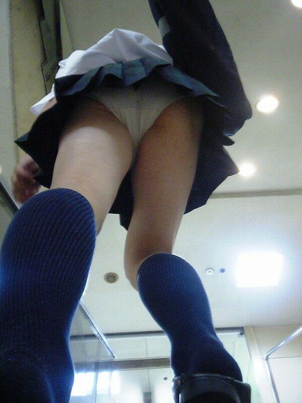 女子校生の色白下着を真下から覗く!