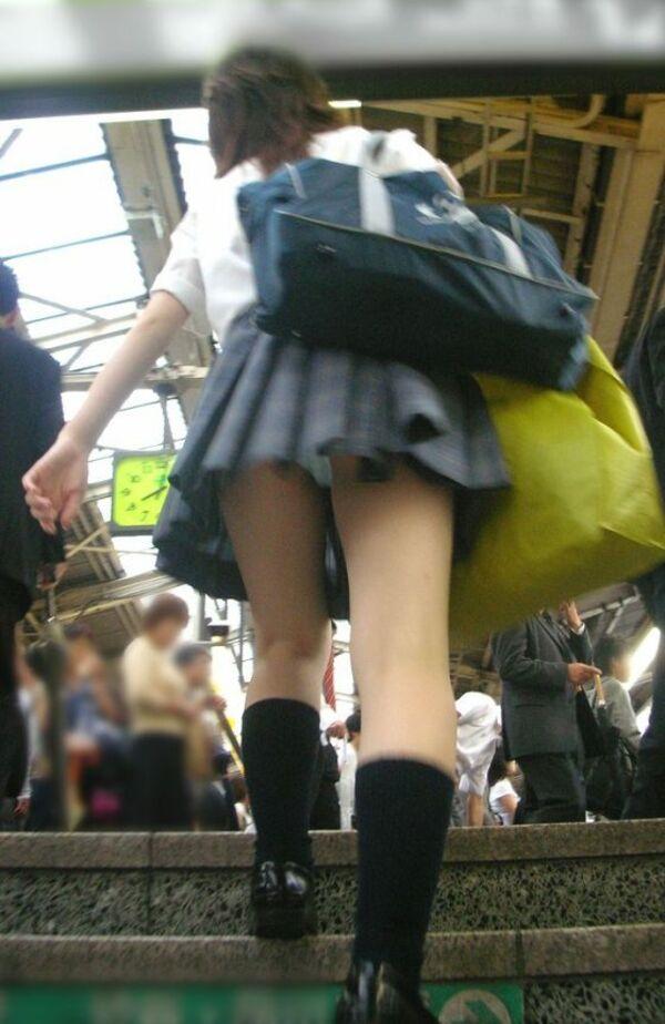 駅構内の階段で女子校生を逆さ撮り!