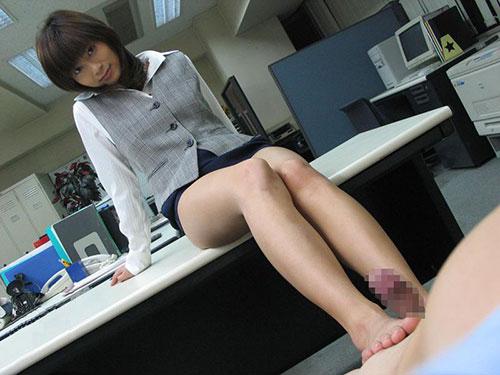 オフィスで足コキする美人OLさん!