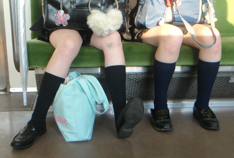 女子校生たちの細い脚を隠し撮り!