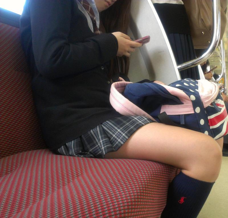 横から女子校生の美脚を隠し撮り!