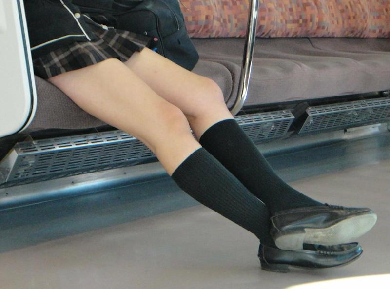 女子校生の無防備な足がエッチだな!