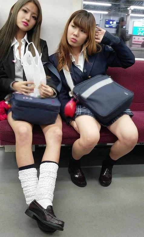 ギャル女子校生たちの生足がセクシー!