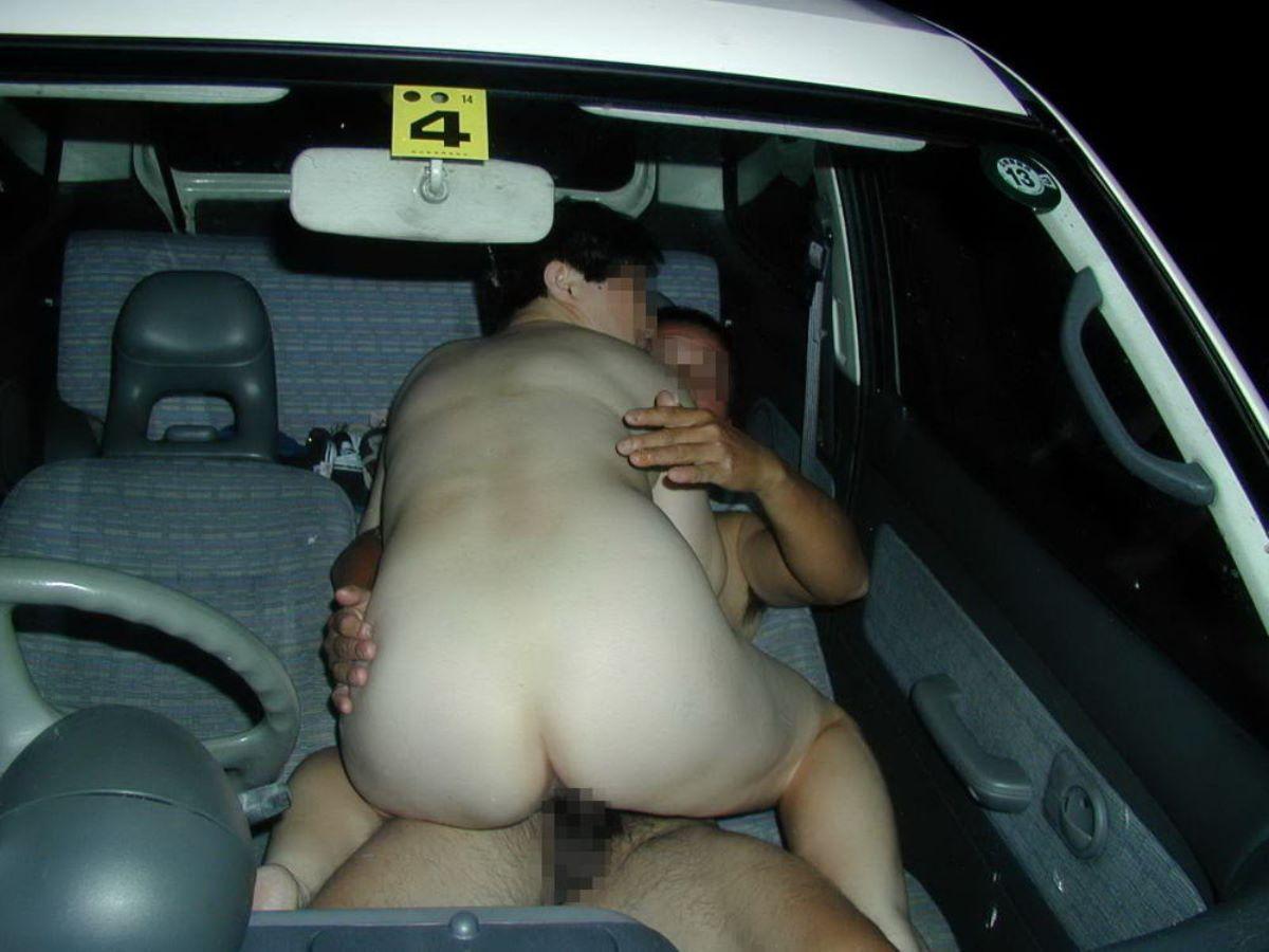豊満な美熟女が車内セックスで悶える!